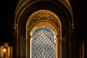 Perspective de la Pyramide du Louvre depuis la rue de Rivoli.