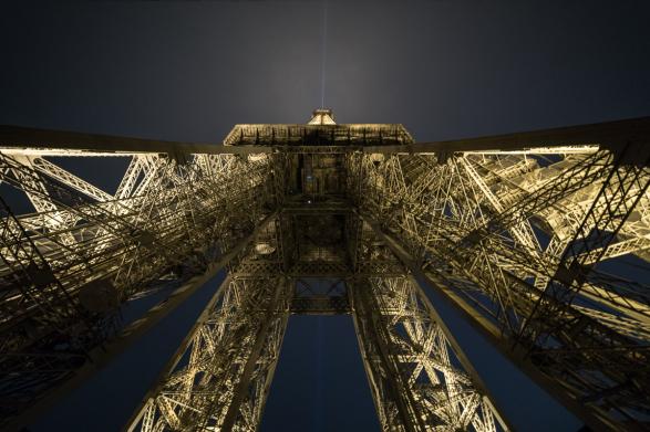 Contre plongée sur la Tour Eiffel depuis l'esplanade