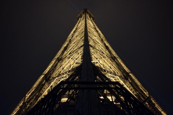 Contre plongée sur le haut de la Tour Eiffel