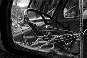 Fenêtre brisée d'un vieux camion, Antelop Island, Utah, USA, noir et blanc, 2007