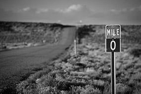 Mile 0, début ou fin de route ? Utah, USA, 2007, noir et blanc