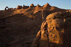 Au soleil couchant, le célèbre arche du Parc National du même nom : Arches NP. Utah, USA, 2007