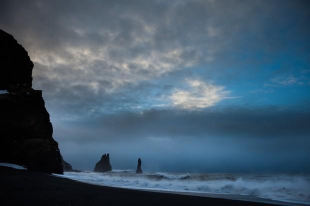 Les pitons basaltiques (Reynisdrangar) devant la falaise de Reynisfjara, Vik, Islande 2013