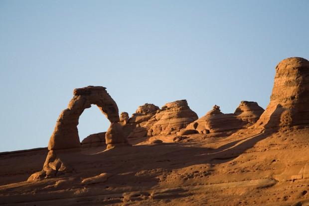 Au soleil couchant, le célèbre arche du Parc National du même nom : Arches NP. Utah, USA