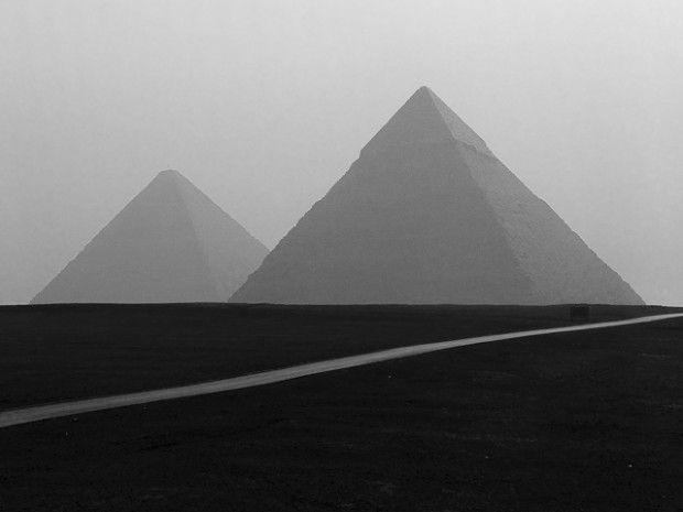 Les pyramides du plateau de Gizeh et la route, Noir et Blanc