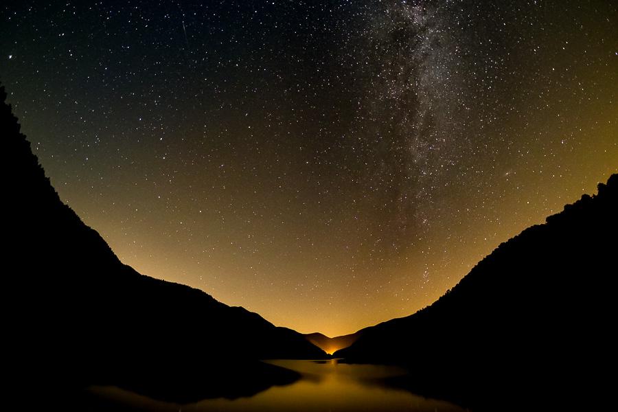 Ciel étoilé et voie lactée au dessus de la vallée de la Thur, Lac de Kruth - Widelenstein, Vosges