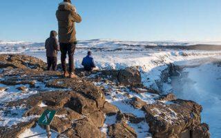 Touristes à Gullfoss, en Islande, ne respectant pas les interdictions et mettant leur vie en danger.