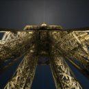 Contre plongée sur la Tour Eiffel de nuit
