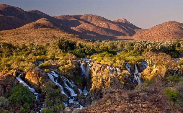 Les cascades d'Epupa falls, sur la rivière Kunene, qui marque la frontière entre l'Angola et la Namibie